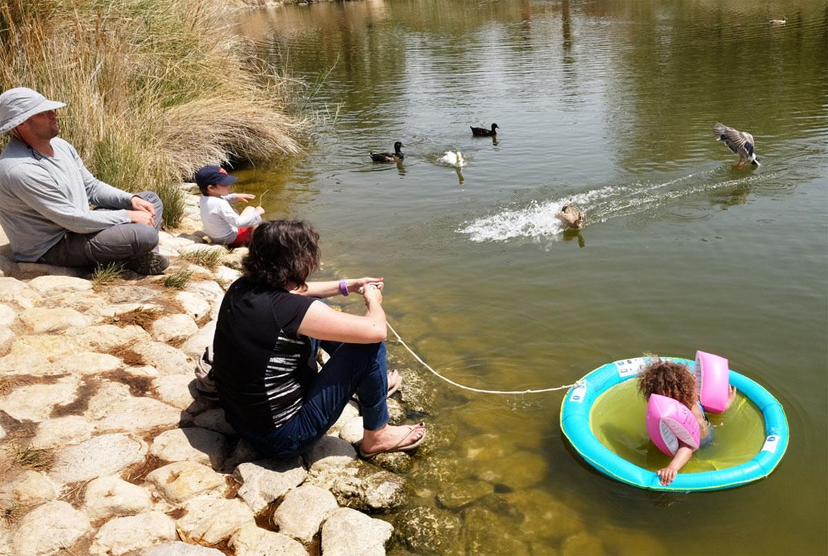 משפחה מבקרת  בחוות התנינים בעיר אובות- צילום ערבה תיכונה